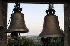 Kirchenglocken, Berglandschaft auf dem Hintergrund lizenzfreie stockfotografie