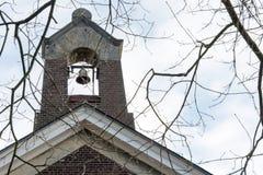 Kirchenglocken an einem sonnigen Tag im Winter Stockbilder