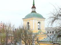 Kirchenglocketurm in der Mitte von Kiew Das Dach der Kirche Lizenzfreie Stockfotos