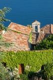 Kirchenglocketurm und mit Ziegeln gedecktes Dach auf Küste Stockbild