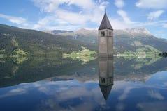 Kirchenglocketurm versenkt in italienischen See mit Reflexion stockfotos