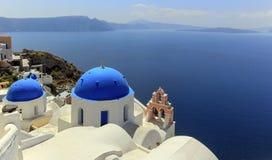 Kirchenhauben in Oia, Santorini, Griechenland Lizenzfreie Stockfotos