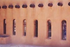 Kirchenlehmziegelmauer und -fenster mit Kreuzen Lizenzfreies Stockfoto