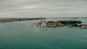 Kirchenluftbrummenansicht Sans Giorgio Maggiore Touristische Boote segeln nahe der Kirche von San Giorgio Maggiore Ansicht von stock video
