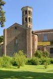 Kirchenquerschiff und Glockenturm Abbadia Cerreto Stockfotografie