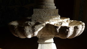 Kirchensteinwanne in einer Spalte lizenzfreie stockfotografie