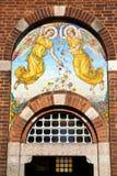 Kirchentür in geschlossenem Ziegelstein Italien-Flügels Stockbilder