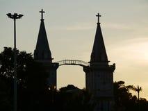 Kirchenufergegendabend stockfotos