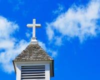 KircheSteeple mit Kreuz lizenzfreie stockfotos
