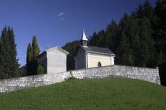 Kirchhof auf Hügel Stockfoto