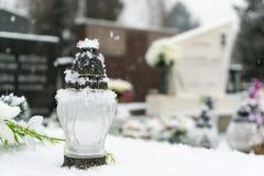 Kirchhof bedeckt durch Schnee im Winter slowakei stockfotografie