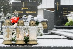 Kirchhof bedeckt durch Schnee im Winter slowakei lizenzfreies stockfoto