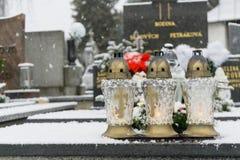 Kirchhof bedeckt durch Schnee im Winter slowakei lizenzfreie stockfotografie