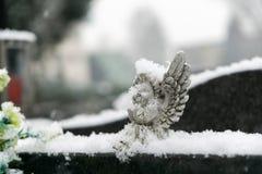 Kirchhof bedeckt durch Schnee im Winter slowakei lizenzfreie stockfotos
