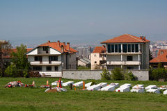 Kirchhof am Denkmal in Pristina, Kosovo Stockbild