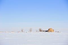 Kirchhof, gefegt dem Schnee Lizenzfreie Stockbilder