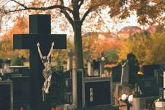 Kirchhof, Hintergrund für Halloween Das Symbol der Kreuzigung Lizenzfreie Stockfotografie