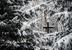 Kirchhof im Winter Stockfotos