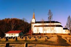 Kirchhof mit alter hölzerner Kirche Lizenzfreie Stockfotos