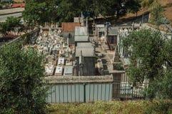 Kirchhof mit den Steinwänden, die Gräber und Krypten umkreisen stockfotografie