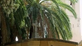 Kirchhof mit einer Kreuz- und Palmenwaldung im Herbst stock footage