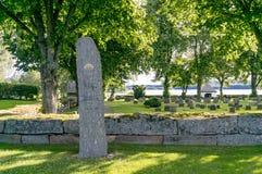 Kirchhof mit Grabstein in Schweden Lizenzfreies Stockfoto