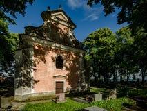 Kirchhof mit Kirche stockfoto