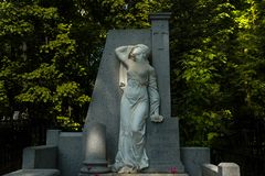 Kirchhof Moskaus, Russland/Novodevichy-- weiße Marmorstatue stockfotografie