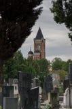 Kirchhof und Jahrtausend-Turm Zenum Lizenzfreie Stockfotos