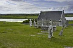 Kirchhof und Kirche in Irland Lizenzfreie Stockfotografie