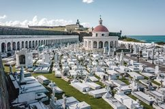 Kirchhof und Schloss EL Morro durch das Meer in San Juan, Puerto Rico lizenzfreie stockfotografie