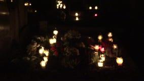 Kirchhof verziert mit Kerzen für Allerheiligennachts Unschärfe heraus 4K stock footage