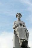 Kirchhofsitzstatue der weiblichen Abbildung mit Schablone Stockfotos