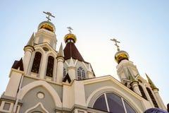 Kirchtürme der Russisch-Orthodoxen Kirche mit drei Hauben lizenzfreie stockfotografie