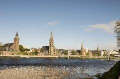 Kirchtürme und Seemöwen in Inverness stockfotos