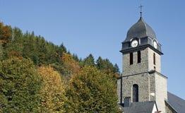 Kirchturm auf Abhang lizenzfreie stockfotos