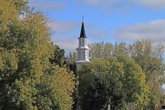 Kirchturm in den Bäumen stockfoto