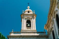 Kirchturm-Gebäude in Lissabon stockfotos