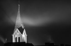 Kirchturm im Nebel nachts Lizenzfreies Stockfoto