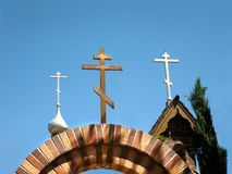 Kirchturm-Kreuz der Russisch-Orthodoxen Kirche stockfotos