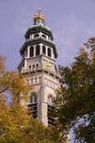 Kirchturm mit einer Borduhr Stockfoto