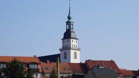 Kirchturm und Dächer Stockfotos