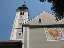 Kirchturm und Sonnenuhr Lizenzfreie Stockfotos