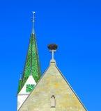 Kirchturm und Storchnest Lizenzfreies Stockfoto