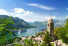 Kirchturm und venetianische Architektur einer alten Mittelmeerstadt, Bucht von Kotor Lizenzfreie Stockfotos