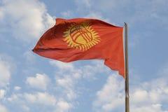 Kirgisistan fahnenschwenkend auf dem Wind lizenzfreies stockfoto