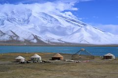 Kirgiz-yurt auf dem Ufer des Karakul Sees in Karakorum-Landstraße, Xinjiang, China stockfotografie