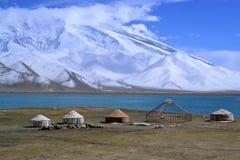 Kirgiz yurt op de kust van het Karakul meer in Karakorum-weg, Xinjiang, China stock fotografie