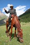 Kirgizisk skicklig ryttare i Tien Shan berg Arkivfoto