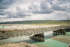 Kirgizistan nära den Kina gränsen, bruten bro på denSay dalen Arkivbilder